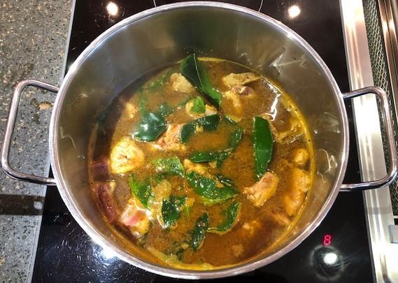Gekochtes Schweinerippchen Curry mit südthailändischer Currypaste